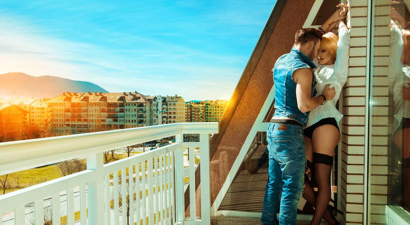 парочка на балконе мужем